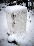 Vecchio frigorifero nella neve Immagine Stock