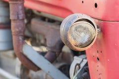 Vecchio fronte del trattore, fuoco selettivo su luce del ` s Immagine Stock Libera da Diritti