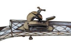Vecchio fucile del flintlock su un fondo bianco fotografia stock libera da diritti
