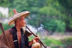 Vecchio fumo cinese del pescatore Fotografie Stock Libere da Diritti