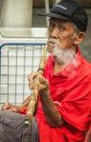Vecchio fumo cinese dell'uomo Fotografia Stock