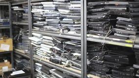 Vecchio fuoco dello scaffale dei computer portatili
