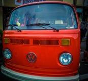 Vecchio, furgone arancio di VW ristrutturato fotografia stock libera da diritti