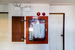 Vecchio gabinetto della manichetta antincendio in vecchia costruzione Fotografia Stock Libera da Diritti