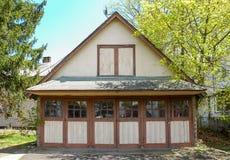 Vecchio garage con le porte del Hayloft immagine stock