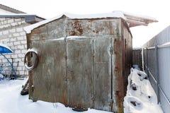 Vecchio garage del metallo nella neve Fotografia Stock