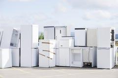 Vecchio gas del refrigerante dei congelatori di frigoriferi allo scarico dei rifiuti saltare per riciclare l'ambiente impilato di fotografia stock libera da diritti