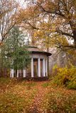 Vecchio gazebo nel parco di autunno fotografie stock