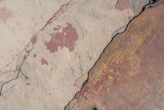 Vecchio gesso scheggiato sul muro di cemento, crepe in vecchio muro di cemento, struttura del fondo Immagini Stock