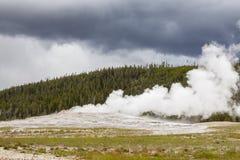 Vecchio geyser fedele nella sosta nazionale del Yellowstone Fotografie Stock Libere da Diritti