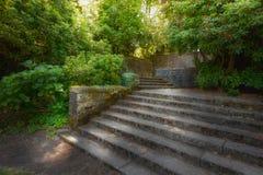 Vecchio giardino con le pareti di pietra ed i punti della scala Fotografia Stock