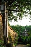 Vecchio giardino della torre con la vecchia Terra-parete Immagini Stock