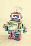 Vecchio giocattolo del robot sulla tavola di legno Fotografie Stock Libere da Diritti
