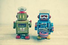 Vecchio giocattolo del robot sulla tavola di legno Immagini Stock