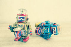 Vecchio giocattolo del robot sulla tavola di legno Immagini Stock Libere da Diritti