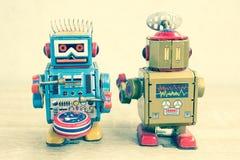 Vecchio giocattolo del robot sulla tavola di legno, stile d'annata di colore Immagine Stock