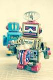 Vecchio giocattolo del robot sulla tavola di legno, stile d'annata di colore Fotografia Stock
