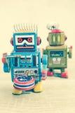 Vecchio giocattolo del robot sulla tavola di legno, stile d'annata di colore Immagini Stock Libere da Diritti