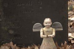 Vecchio giocattolo di angelo sulla tomba di un bambino immagini stock libere da diritti
