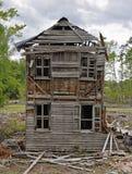Vecchio giorno nuvoloso sprofondante abbandonato della casa Immagini Stock