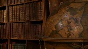Vecchio globo antico vintage Belle vecchie librerie d'epoca con libri senza nome Interno dell'Austria archivi video