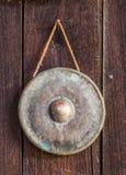 Vecchio gong che appende sulla parete di legno fotografie stock libere da diritti
