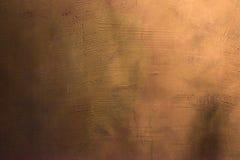 Vecchio graffiato e screpolato dipinto parete viola e porpora Fondo colorato strutturato astratto Modello vuoto fotografie stock