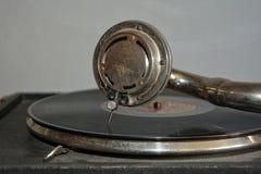 Vecchio grammofono con l'ago sull'annotazione Fotografia Stock Libera da Diritti
