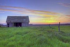 Vecchio granaio abbandonato dell'azienda agricola al tramonto #2 Immagini Stock Libere da Diritti