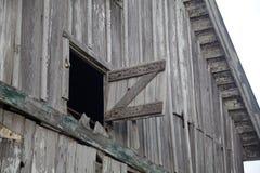 Vecchio granaio aperto esposto all'aria del fieno del granaio grigio Fotografia Stock Libera da Diritti