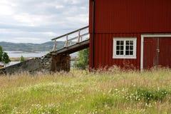 Vecchio granaio con il ponte del granaio in un altopiano norvegese Immagini Stock Libere da Diritti