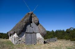 Vecchio granaio con il tetto del thatch immagini stock libere da diritti