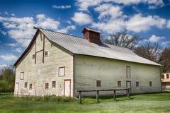 Vecchio granaio con il tetto della latta immagini stock libere da diritti
