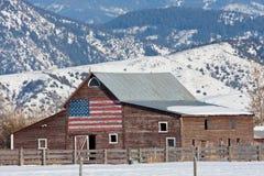 Vecchio granaio con la bandiera americana Immagine Stock