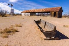 Vecchio granaio con la depressione ed il mulino a vento Fotografia Stock Libera da Diritti