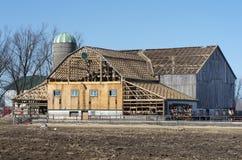 Vecchio granaio di legno dell'azienda agricola che è riparato Fotografia Stock Libera da Diritti