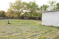 Vecchio granaio e baracca stagionata del metallo Fotografie Stock Libere da Diritti