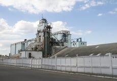 Vecchio granaio industriale al tempo soleggiato di estate Immagini Stock Libere da Diritti