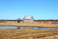 Vecchio granaio nei campi svedesi Fotografie Stock