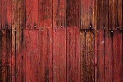 Vecchio granaio nel campo in legno recente di Autumn Brown Grass Weathered Red di caduta fotografia stock