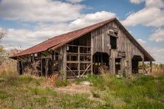 Vecchio granaio a pezzi del paese Fotografia Stock