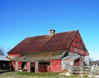 Vecchio granaio rosso. immagini stock libere da diritti