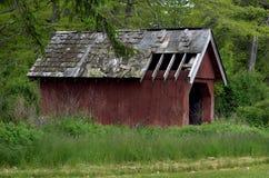 Vecchio granaio rosso nel campo Fotografia Stock