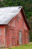 Vecchio granaio rosso situato nel Mississippi rurale Immagine Stock
