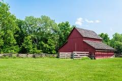 Vecchio granaio rosso su un'azienda agricola