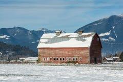 Vecchio granaio rosso sul Mountain View con il fondo del cielo blu Fotografie Stock Libere da Diritti