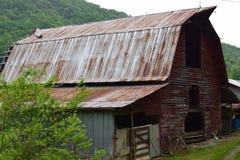 Vecchio granaio rurale dell'azienda agricola della montagna occidentale di NC immagine stock