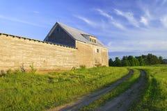 Vecchio granaio stagionato grigio al tramonto Fotografie Stock Libere da Diritti