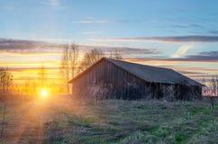 Vecchio granaio su una collina e sul tramonto in una posizione del villaggio rurale Fotografia Stock Libera da Diritti
