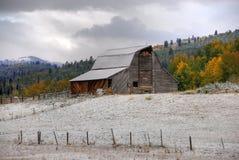 Vecchio granaio sulla collina Fotografia Stock